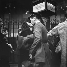 """""""Couple in Penn Station"""". Alfred Eisenstaedt 1943. by differ.tv"""