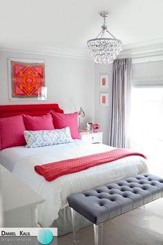 Hoje é dia de DECORAÇÃO RESIDENCIAL! Vejam como é divertido brincar com as cores na decoração. Neste quarto, o cinza ficou completamente harmonioso com os tons de vermelho. Super feminino e descolado!
