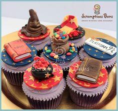 Harry Potter cupcakes: Boblende heksekjeler, magiske teoribøker, Valghatten, en lærsekk med Bertram Butts Allsmakbønner, Griffingskjerfet & Platform 9 & 3/4 skilt