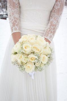 weiße-rosen-winter-braut-strauß-tragen