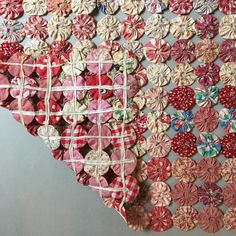 Robot bedspread: 70 beautiful ideas and step by step (VIDEOS) Yo Yo Quilt, Rag Quilt, Quilt Square Patterns, Square Quilt, Patch Quilt, Small Sewing Projects, Sewing Crafts, Crochet Cushion Cover, Red And White Quilts