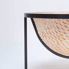 Want this bathtub! Le designer Tal Engel, a imaginé une baignoire inspirée des techniques de construction de bateaux traditionnels asiatiques. Un corps étanche en bambou offre son volume à l'eau, il est suspendu à une structure fine en métal.