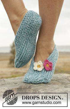 """House Slippers (short rows) """"Come Spring"""" by DROPS Design ~~ Knitted slippers in garter st, worked sideways with crochet flowers in 2 strands. Size 35 - 43 ~~ DROPS Extra DROPS design: FREE Pattern no - Crochet Puff Flower, Crochet Flower Patterns, Knitting Patterns Free, Crochet Flowers, Free Knitting, Free Pattern, Crochet Slipper Pattern, Knitted Slippers, Crochet Slippers"""