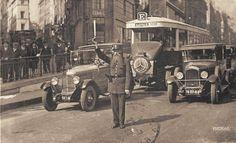 1925 - arrêt sur le policier faisant la circulation.