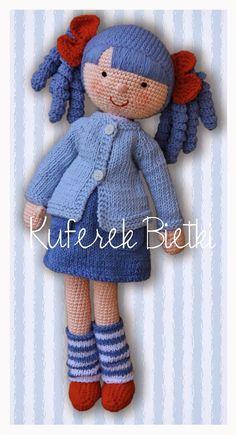 Anita - lalka wykonana na szydełku. Lalka ubrana jest w bluzeczkę, spódniczkę i sweterek wykonane na drutach. Niebieskie włosy lalki upię...