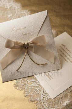 Προσκλητήριο γάμου εκρού με φιόγκο Party Invitations, Envelope, Place Cards, Wedding Decorations, Wedding Inspiration, Gift Wrapping, Place Card Holders, Wedding Stuff, Gifts