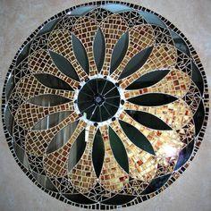 Mandala para Decoração de Paredes Trabalho em Mosaico de Vidro, Pedras e Espelhos. Base em MDF. Possui furo atrás para fixação. Obs.: Produto para uso em Ambiente Interno. Não expor ao calor e á umidade. R$ 380,00