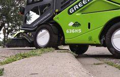 Sulla #GreenMachines 636 il superamento degli ostacoli è facilitato dalle due spazzole controllate dall'interno che consente alla macchina di muoversi agevolmente attorno a tutti gli ostacoli.