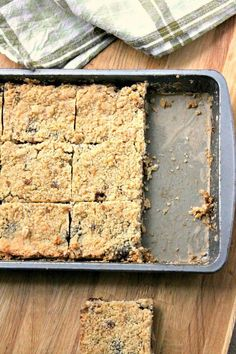 A sweet crumble traybake using mincemeat. The mincemeat crumble slices make a great alternative to traditional mince pies. Xmas Food, Christmas Cooking, Christmas Desserts, Christmas Foods, Christmas Mince Pies, Cheap Christmas, Christmas Fairy, Christmas Pudding, Christmas Cakes