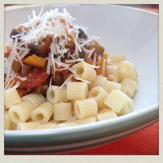 ZUTATEN  300g gewürfelte Tomaten aus der Dose 200g Zucchini 200g Melanzani 1 Zwiebel 2 Knoblauchzehen 1 orangener Paprika Olivenöl Pasta Salz, Pfeffer Pizzagewürz geriebener Parmesan    REZEPT  Zwiebel und Knoblauch schälen und fein hacken. Paprika, Zucchini und Melanzani waschen und in kleine Würfel schneiden. Etwas Olivenöl in einem Topf erhitzen. Zwiebel und Knoblauch glasig dünsten, dann das restliche Gemüse hinzufügen, mit Salz, Pfeffer und Pizzagewürz würzen und gut anbraten. D...