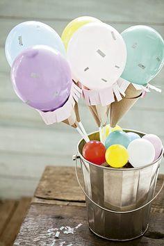 Vai um sorvetinho aí? Cones de papel kraft servem de casquinha para essas bolas coloridas. Balde D. Filipa   Decor