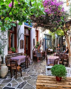 A Cafe in the village of Dryopida in Kythnos island, Greece Bar Deco, Places To Travel, Places To Go, Magic Places, Cities In Italy, Photos Voyages, Backyard, Patio, Al Fresco Dining