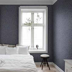 The wallpaper Karolina Dark Blue - from Sandberg is a wallpaper with the dimensions x m. The wallpaper Karolina Dark Blue - belongs to t Dark Blue Wallpaper, Classy Wallpaper, Blue Wallpapers, Wallpaper Jungle, Airy Bedroom, Bedroom Decor, Bedroom Inspo, Scandinavian Living, Scandinavian Design
