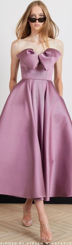 Alexis Mabille Resort 2020 Fashion Show Fashion 2020, High Fashion, Fashion Show, Womens Fashion, Fashion Design, Fashion Brands, Alexis Mabille, Haute Couture Paris, Purple Outfits