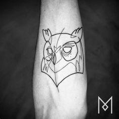 Tatuaje de la cabeza de un búho utilizando una sola línea...