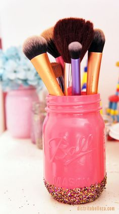 organizar brochas de maquillaje mason ball jar rosa