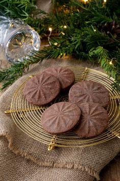 Kekse mit Glasboden-Deko. Dieses und viele weitere Rezepte findet ihr auf unserer Website (Backen, Rezepte, Weihnachten, Mürbteig, Advent, Kekse, Weihnachtskekse, Verzieren)