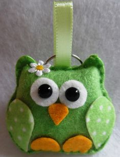 Owls produced in felt and stuffing. For fridge magnets, additional cost . Owl Crafts, Cute Crafts, Diy And Crafts, Felt Owls, Felt Birds, Felt Christmas Ornaments, Christmas Crafts, Felt Keychain, Felt Bookmark
