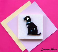 Spilla a forma di cane. Lamina plastica monocromata e brillantini, su supporto metallico; cm 6,5 x 6.  http://www.ebay.it/usr/camerapicta-art