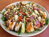 Fit sałatka z kurczakiem, rukolą i pestkami dyni