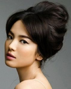 Art 60s style hair up 60-s-inspired-hairstyles   For more inspiration visit www.raspberrywedding.com