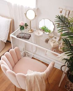cheap home decor Pink velvet shell feather chair with tufted upholstery and brass finish for feminine, modern bohemian, and minimalist spaces. Cute Room Decor, Bohemian Room Decor, Diy Girl Room Decor, Beauty Room Decor, Makeup Room Decor, Makeup Chair, Cute Room Ideas, Decoration Bedroom, Wall Decor