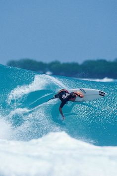 #LL @lufelive #surfing Andy, Indo Photo: Ellis