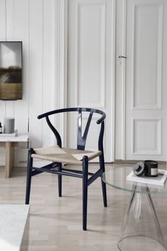 Happy Birthday with the Wishbone Chair by Carl Hansen and Son - Only Deco Love Hallway Chairs, Dining Room Chairs, Chair Design, Furniture Design, Wishbone Chair, Home Decor Inspiration, Decor Ideas, Modern Interior Design, Decoration