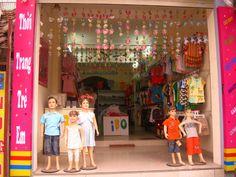 Cách trang trí shop quần áo trẻ em ấn tượng hút khách