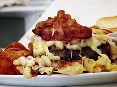 Mac Attack Burger - Boston Burger Co.) All-beef patty topped with a generous helping of homemade four-cheese macaroni (cheddar, American, Pecorino Romano and Parmesan) and bacon. Gourmet Burgers, Burger Recipes, Copycat Recipes, Beef Recipes, Cooking Recipes, Dove Recipes, Mac And Cheese Homemade, Beef Patty, Healthy Menu