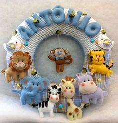 Enfeite de Porta Tema Safári Felt Crafts Diy, Diy Crafts For Home Decor, Handmade Crafts, Crafts For Kids, Felt Animal Patterns, Stuffed Animal Patterns, Baby Nursery Decor, Baby Decor, Christmas Sewing Projects