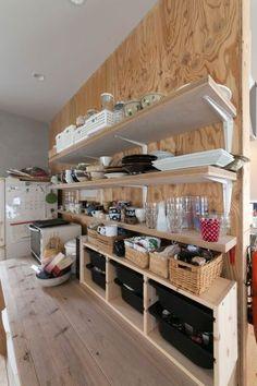 「広すぎず狭すぎず、キッチンのカウンターの奥行きが絶妙なんです。収納ボックスを置いても手前で作業ができます」