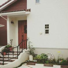 女性で、の植物/玄関前/ガーデニング/花壇/オリーブ/玄関/入り口…などについてのインテリア実例を紹介。「玄関前。 うちは家の前が駐車場です。 田舎なので住んでる人数分、、(;´Д`) 階段挟んで3台です。。。 今日は2台出動してるので パチり。 車をとめるとこの花壇は全く見えません。。。 オリーブが大きくなってきたけど 今年も実がならなさそう。。 2本植えてるのになー。 もしかして 同じ種類を2本植えてるんだろうか。。花は沢山咲くのになーー。」(この写真は 2015-06-08 14:07:55 に共有されました)