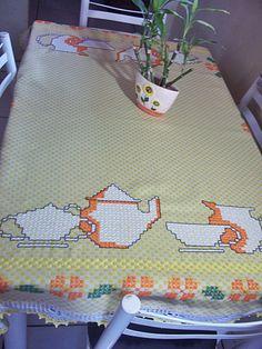 Toalha de mesa bordada em ponto xadrez e barrado em crochê.    Aceitamos encomendas em outras cores.  * Verifique prazo de produção para produtos sob encomenda em contatar vendedor*
