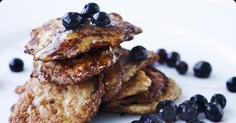 Give your oatmeal porridge leftovers from breakfast a new life with these yummy porridge pancakes! / Arla