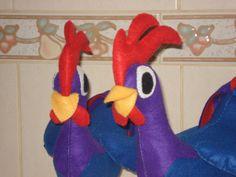 Galo Carijó personagem da turma da galinha pintadinha, confeccionado em feltro, bordado a mão, possue enchimento manta acrílica siliconada anti-alérgica. <br> <br>*** fica em pé ***