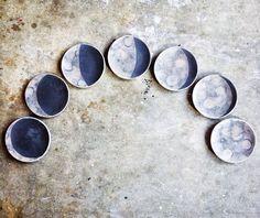 @_lisaomm_ceramics_ (instagram) Moon phase plates
