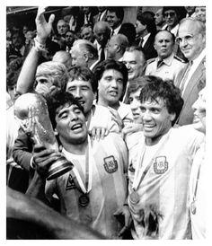 5- Mundial 86 Télam México , 29/06/1986 El capitán de la selección argentina de fútbol, Diego Maradona, con la Copa en las manos, encabeza el grupo que festeja la obtención del campeonato mundial 1986. Foto: Roberto Azcárate/Télam