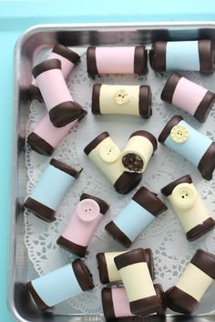 Bakeries save their cake or brownie leftovers and use them to make a long log wrapped in marzipan. Just Desserts, Dessert Recipes, Nightshade Free Recipes, Cake Decorating For Beginners, Fudge Brownies, Fika, Marzipan, Mini Cakes, Amazing Cakes