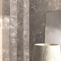 Originale ed elegante questa #parete firmata #abkemozioni che alterna Affresco Light e Affresco Dark della collezione DO UP, interamente in #wallandporcelain. #ceramic #tile #wall #decor #design #homedesign #bathroom #stripes