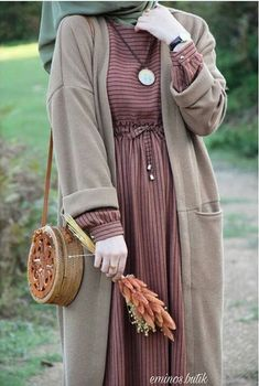 Abaya Style 536983955569117067 – Source by – Hijab Fashion 2020 Modern Hijab Fashion, Hijab Fashion Inspiration, Islamic Fashion, Muslim Fashion, Modest Fashion, Hijab Style Dress, Casual Hijab Outfit, Abaya Style, Mode Outfits