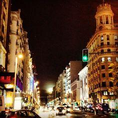 La Gran Vía luce esta noche más bonita aún con esta increíble y enorme luna. (Madrid By @praito)