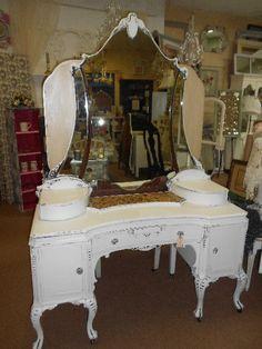 vintage vanity table (in black? Vanity Table Vintage, Vintage Dressing Tables, Dressing Table Vanity, Antique Vanity, Vanity Tables, Makeup Tables, Dressing Room, Repurposed Furniture, Vintage Furniture