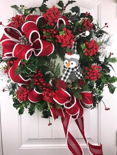 Red and Green Christmas Wreath, Holiday Wreath, Winter Owl Wreath, Christmas Front Door Wreath - New Sites Christmas Front Doors, Christmas Wreaths To Make, Christmas Table Decorations, Christmas Door, Green Christmas, Christmas Balls, Holiday Wreaths, Christmas Crafts, Holiday Decor