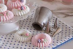 Hands down, the cutest meringues ever! Meringue Pavlova, Meringue Desserts, Meringue Cookies, Cupcake Cookies, Just Desserts, Cupcakes, Meringue Kisses, Cake Decorating Tips, Cookie Decorating
