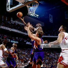 Fotografia de notícias : Michael Jordan of the Chicago Bulls attempts a.