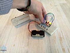 """В воскресение в образовательном центре Робиус прошел открытый урок по радиоэлектронике. Ребята своими руками собирали настоящий светофор из светодиодов.  На занятии юные инженеры изучили электрическую цепь, а так же узнали почему светодиоды нельзя подключать без резистора в вместе с лампочкой с нитью накаливания. А вы знаете?   Занятия в группе """"Радиоэлектроника"""" проходят каждое воскресенье в 14.00!  Приходите и узнаете много нового и интересного!"""