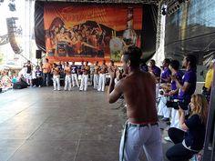 Die Capoeiras machen Stimmung auf der Bühne.