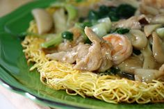 I just love eating Hong Kong Style Pan Fried Noodles! This dish is basically flour noodles pan-fried until crispy, and then served together. Pan Fried Noodles, Fried Noodles Recipe, Crispy Noodles, Egg Noodles, Fried Rice, Hong Kong Style Noodles, Asian Recipes, Chinese Recipes, Asian Foods