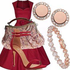 Un look elegante e sbrilluccicoso, in cui l'abitino bon ton color porpora intenso con scarpe tono su tono viene arricchito e illuminato da una borsa ricca di pietre e perline, un bracciale e degli orecchini scintillanti color oro rosa.